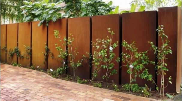 So garden - nowoczesne zardzewiałe ogrodzenia